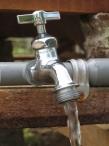 Providencie água potável para uma família
